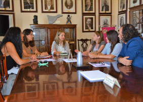 reunión celebrada en el ayuntamiento villero entre concejala delegada de Sanidad, María Eugenia Mesa, representante de la Asociación tinerfeña de Celíacos y representantes de restaurantes del municipio que se beneficiarán de la campaña.